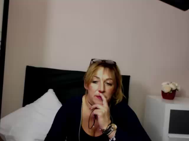 Video of women eating her own pussy